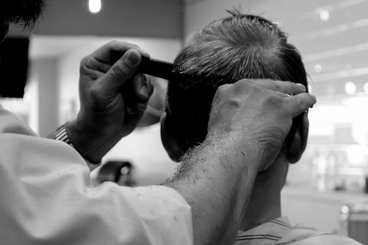 اسأل الحلاق عن تسريحات الشعر لإخفاء تساقط الشعر. إذا كان سقوط شعرك متقدمًا ، فاطلع طبيب الأمراض الجلدية على الخيارات.